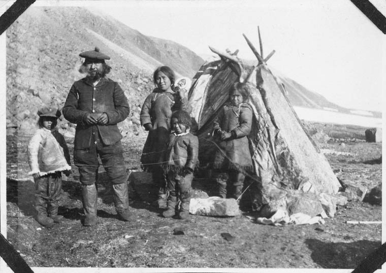 Image of Qattuuq, Ulaayuk, and family, courtesy of Siku Allooloo. Library and Archives Canada 3606658.